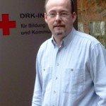 Frank Tholen aus dem DRK-Kreisverband Hamm, der bereits in einem Ortsverein des Kreisverbandes als Rotkreuzleiter tätig ist und viele Erfahrungen gesammelt hat, möchte beim Aufbau des Jugendrotkreuzes, insbesondere des Schulsanitätsdienstes, helfen.